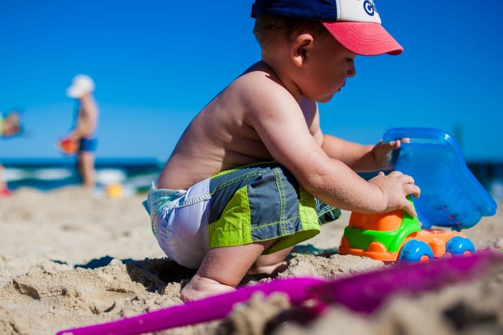 Bebé jugando en la arena, fotografía pixabay.