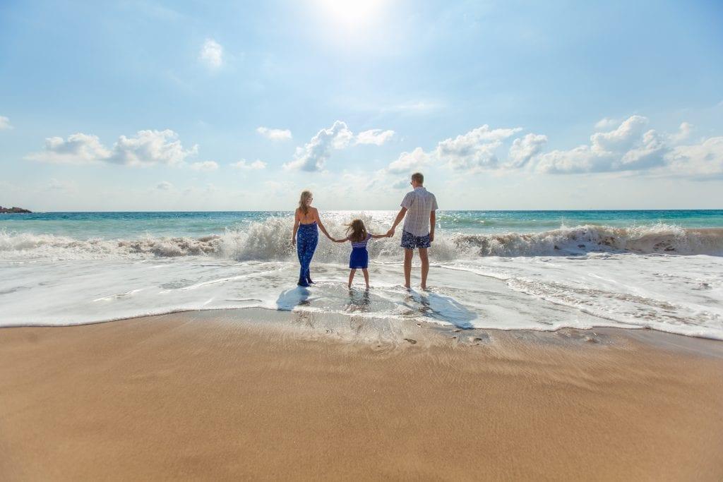 Familia en la playa, fotografía de upsplash.