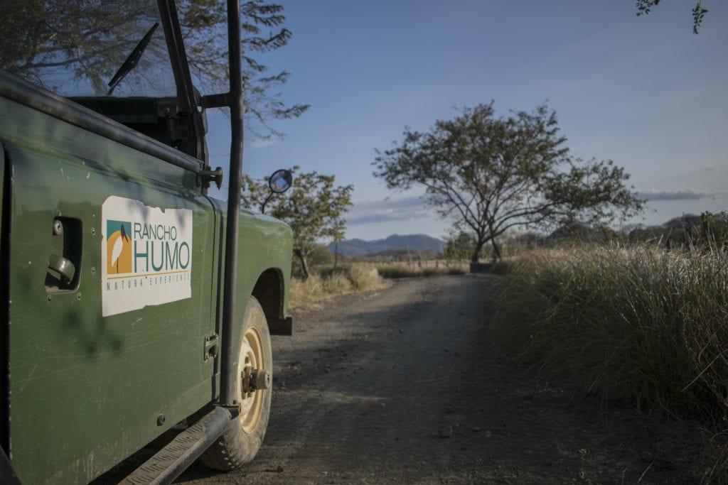 Land Rover 4X4 en medio recorrido en Estancia Rancho Humo, Nicoya, Costa Rica.