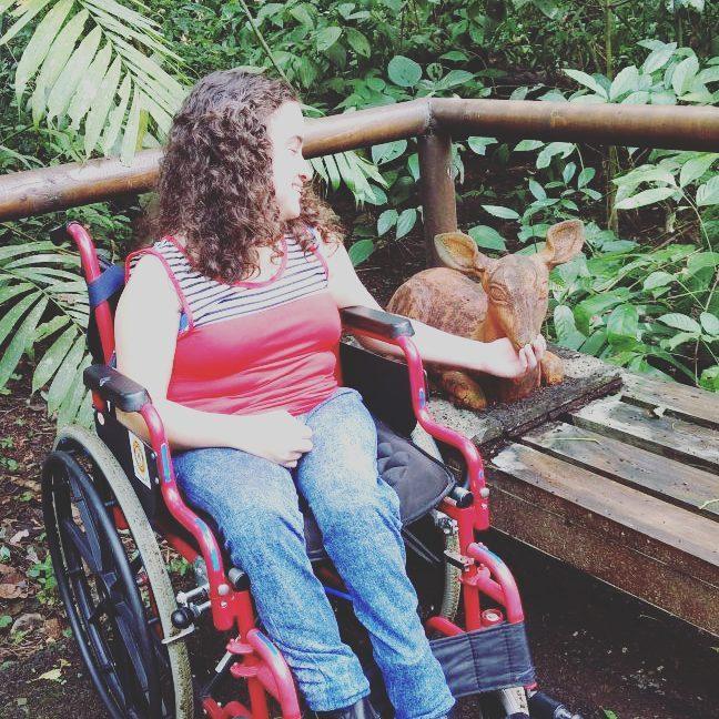 Visitante discapacitado disfrutando escultura en Carara, foto por @nataliarodriguezsolano.