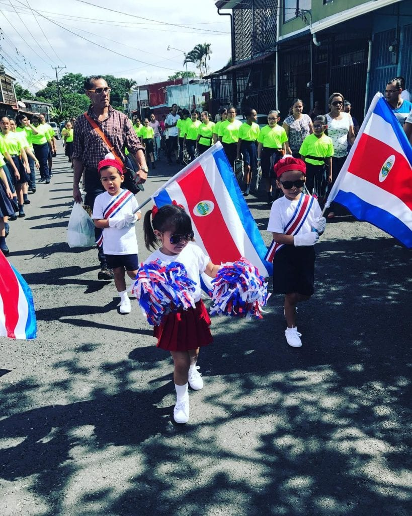 Children marching during Costa Rica's Independence Day, photo credit @maymnbn.